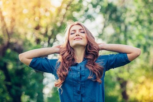 Mujer-feliz-disfrutando-del-aire-libre
