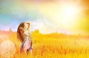 Mujer feliz y libre en el campo