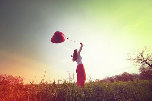 Mujer con globo de corazón