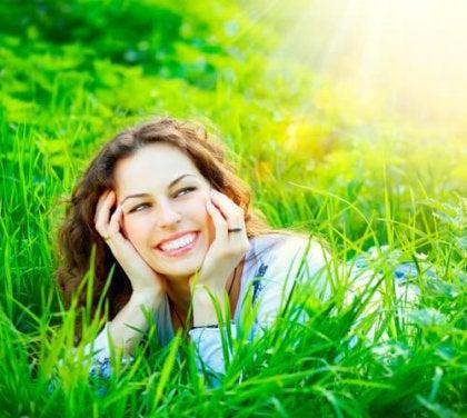 Mujer sonriendo en el campo