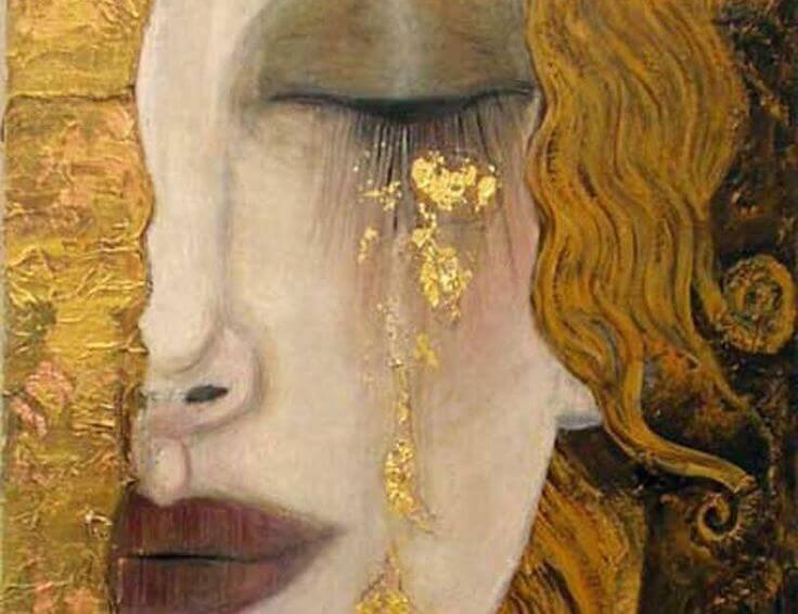 Mujer rubia y triste con los ojos cerrados