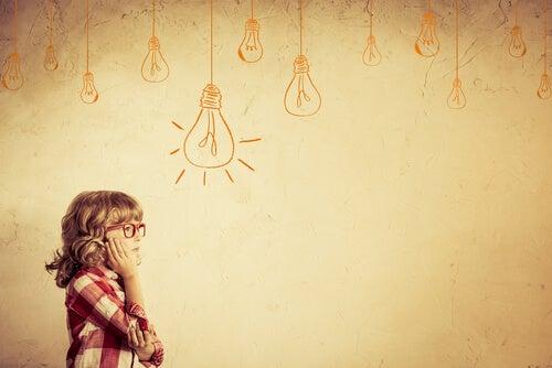 Niña pensando ideas