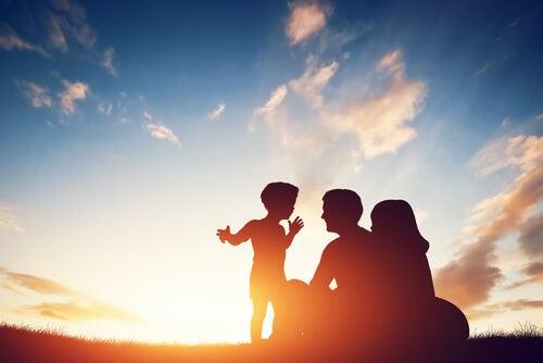 Niño con sus padres al atardecer