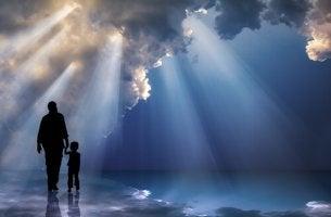 Padre e hijo agarrados de la mano