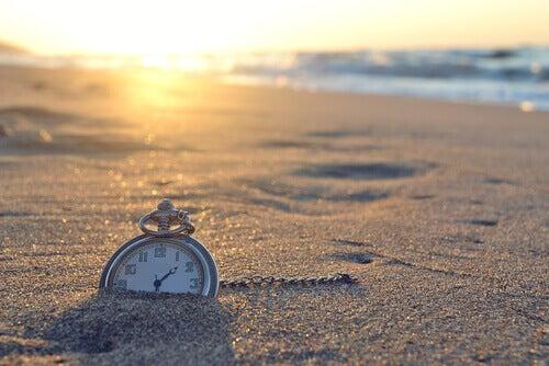 Reloj enterrado en la arena