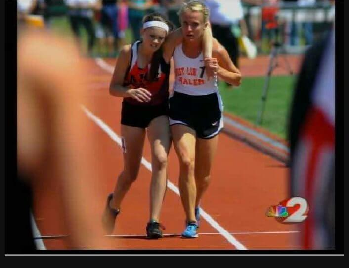 Atleta ayudando a otra