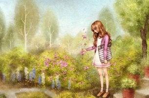 Chica mirando a las flores