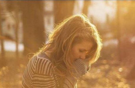 Chica triste en un bosque