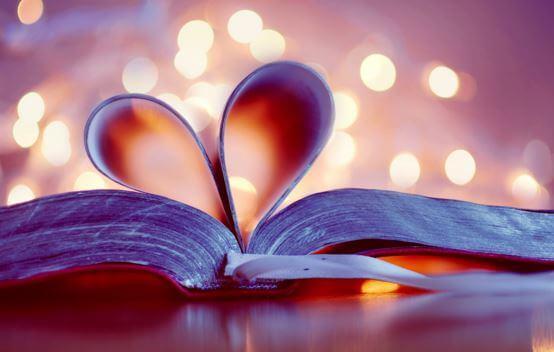 Hojas de un libro formando un corazón