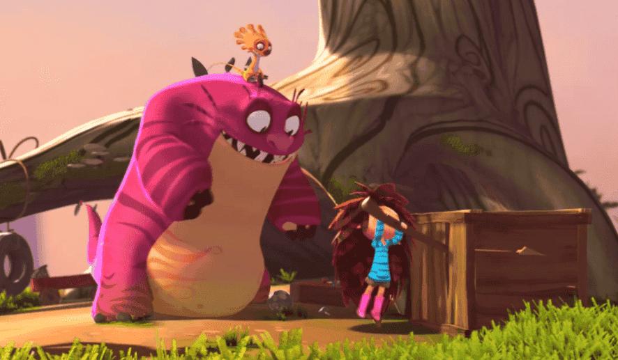 Niño abriendo una caja al lado de un monstruo rosa