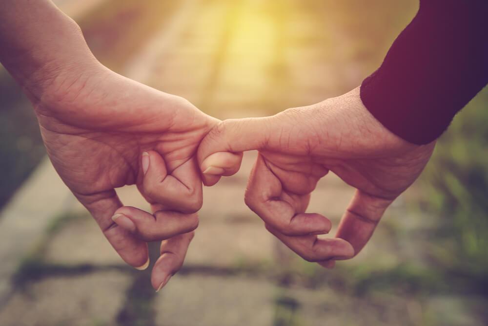 Dedos juntos pareja