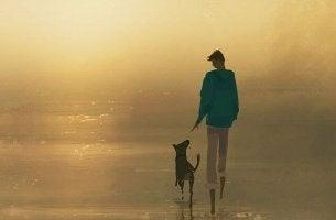 Hombre paseando con su perro