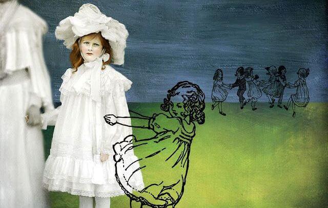 Niña vestida de blanco junto a una niña que es un dibujo