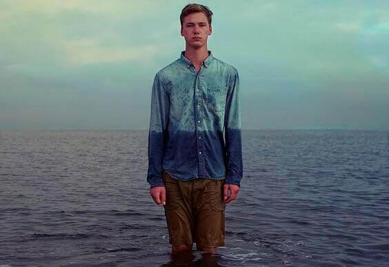 Hombre deprimido en el mar