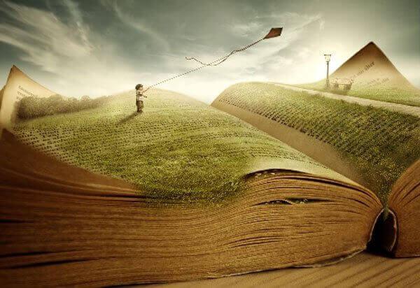 Niño con una cometa jugando en un libro