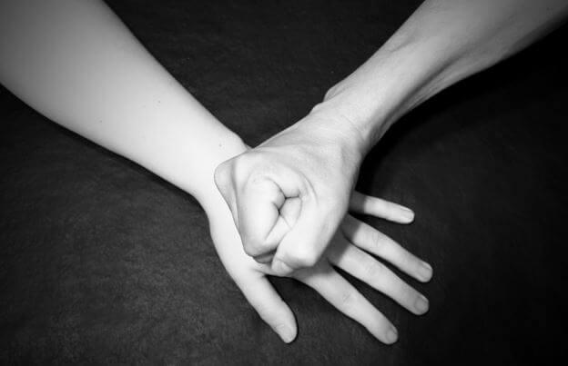 Un puño sobre una mano