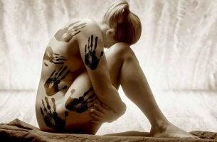 Cuerpo de mujer marcado por la violencia de género