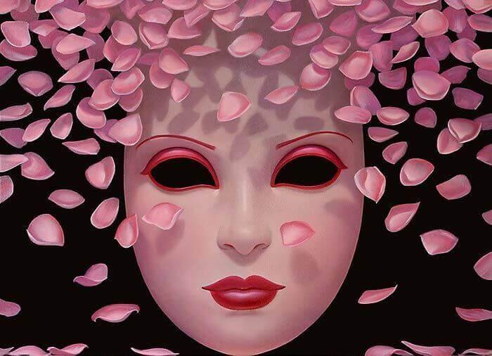 Máscara rodeada de pétalos de rosa