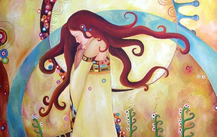 mujer apreciando la riqueza del alma