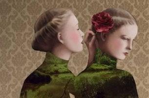 Mujer colocando una rosa a otra en la cabeza