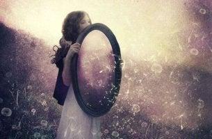 Mujer con espejo como ejemplo de relaciones
