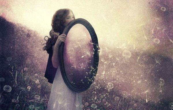 mujer con espejo dando ejemplo
