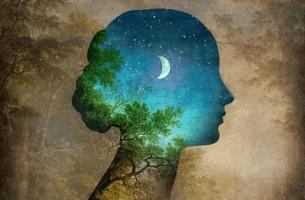 Mujer con luna representando las experiencias que vives