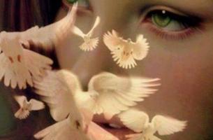 Mujer con palomas cerca de su rostro