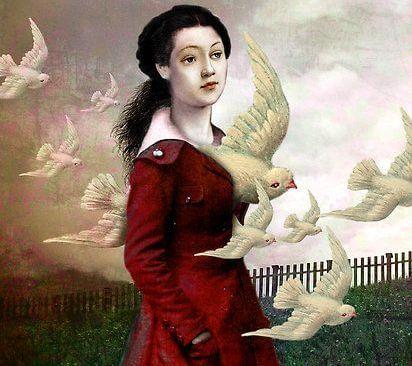 mujer con palomas pensando en lo que critican otros