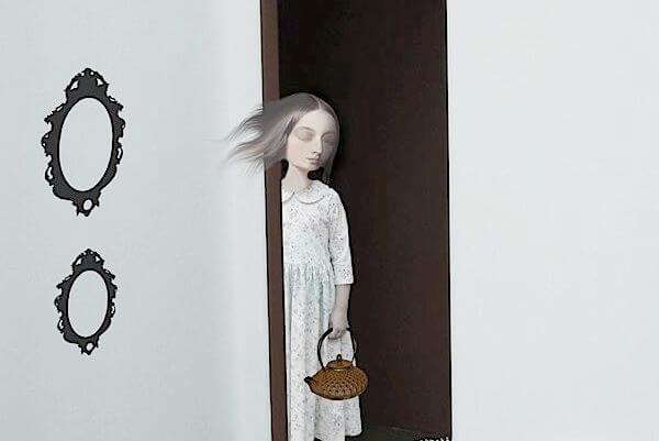 Mujer resignada en una puerta