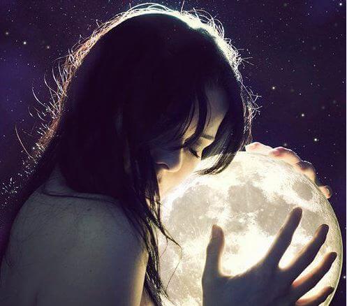 Mujer con las manos en la luna