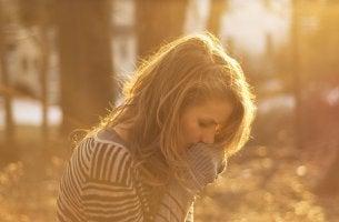 Mujer triste pensando en las situaciones que roban energía emocional