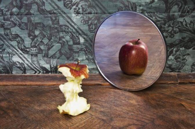 Manzana mirándose entera
