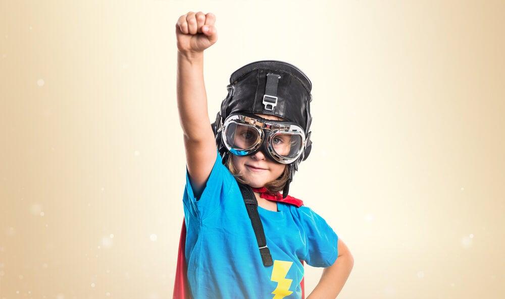Niño vestido de superhéroe
