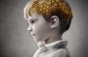Niño mentalmente fuerte pensando