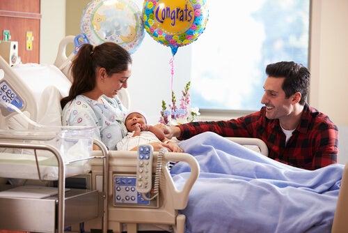 Madre y padre felices tras el parto