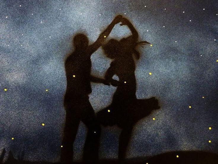 pareja bailando con actitud positiva