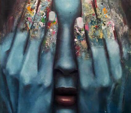 Rostro de mujer oculto por sus manos