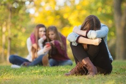 Chica con fobia social sintiendo miedo