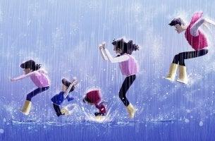 Familia jugando juntos bajo la lluvia