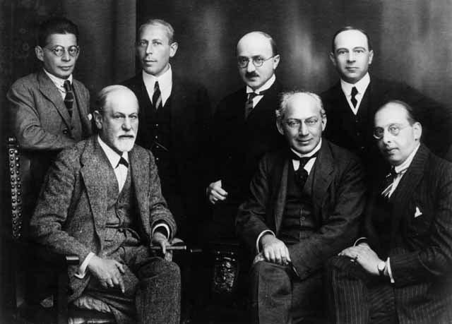 Freud acompañado por otros psicoanalistas