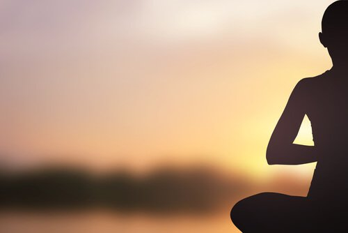Hombre sentado meditando