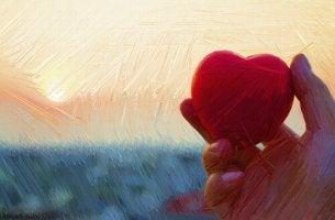 Mano sosteniendo un corazón