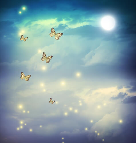 Mariposas volando por el cielo
