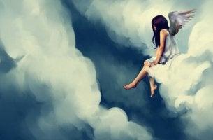 Mujer con alas sentada en una nube pensando en el pasado