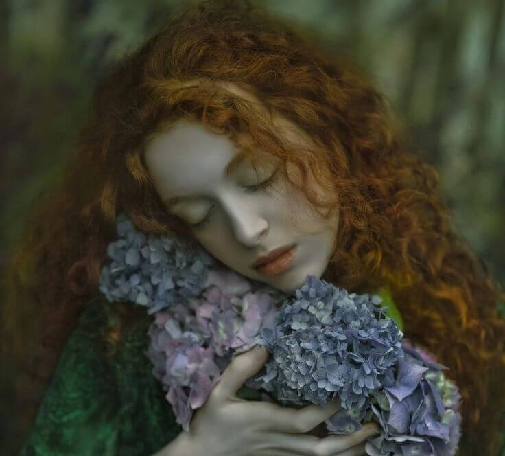 Mujer con decepción abrazando flores