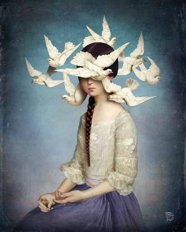 Mujer con pájaros alrededor de la cabeza