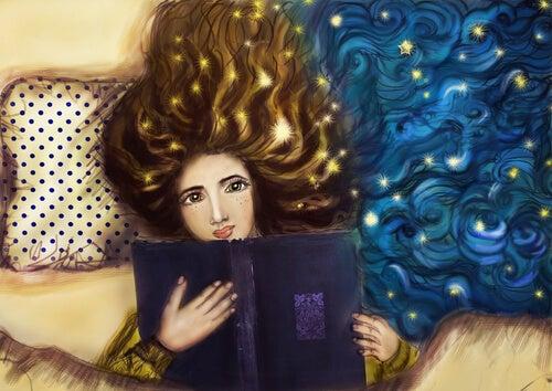 Mujer con un libro estudiando por placer en la cama
