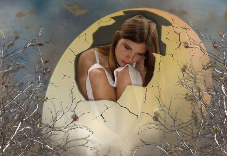 Mujer dentro de un huevo roto