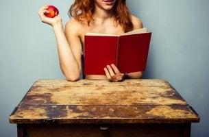 Mujer leyendo frases eróticas